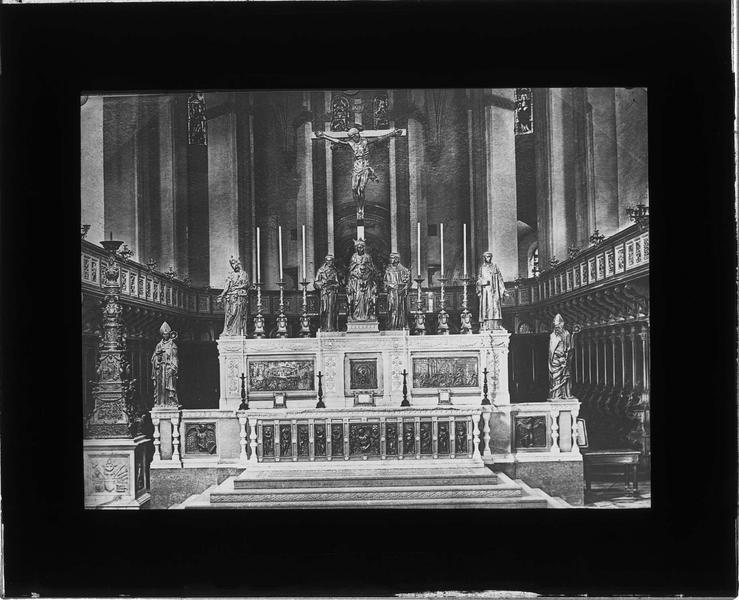 Intérieur : choeur-presbytère avec maître-autel, clôture et crucifix