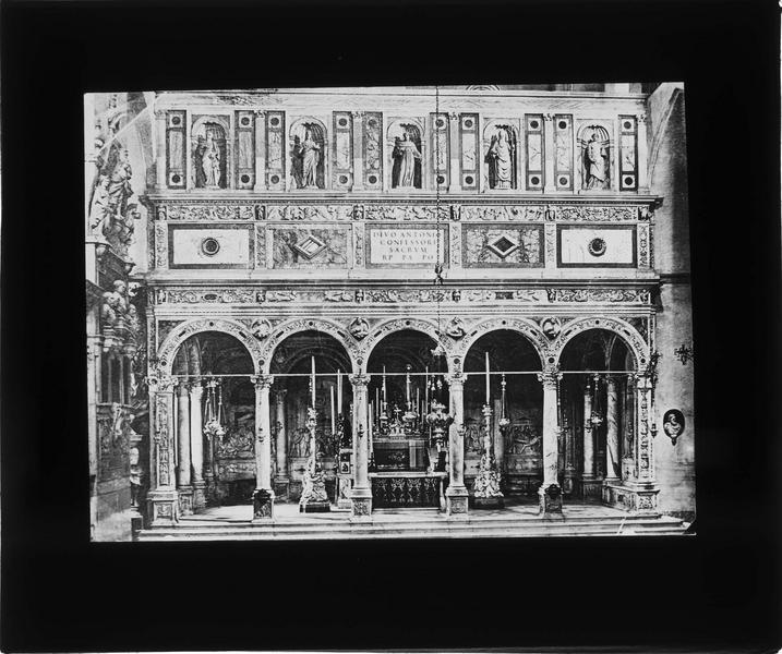 Intérieur : bas-côté nord, chapelle Saint-Antoine avec tombeau du saint appelé l'Arche