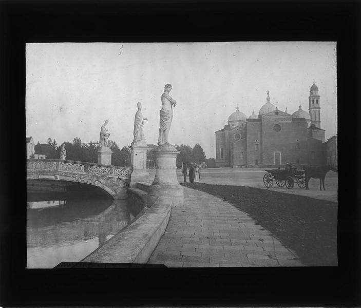 Statues et pont sur le canal entourant l'isola Memmia et basilique Sainte-Justine en arrière-plan