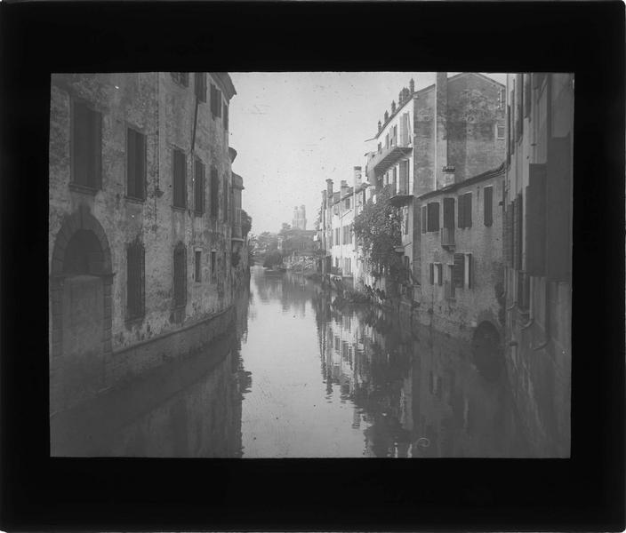 Façades sur canal intérieur, ou naviglio interno, depuis le pont de Torricelle