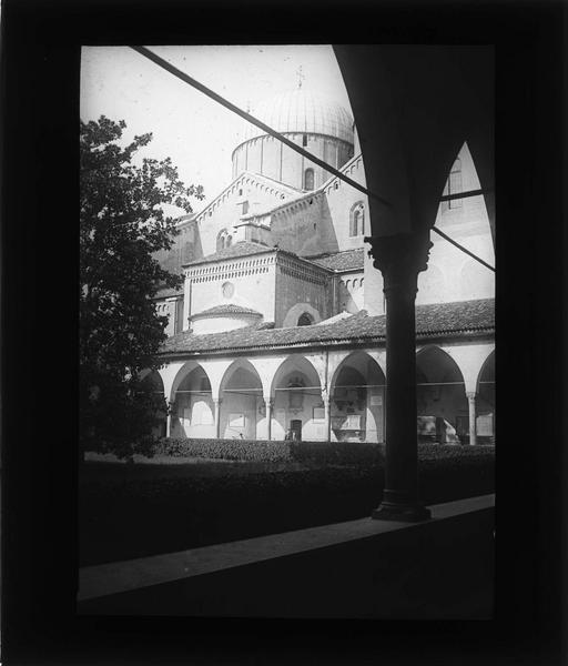 Cloître du Magnolier : jardin et coupole de la basilique depuis une galerie