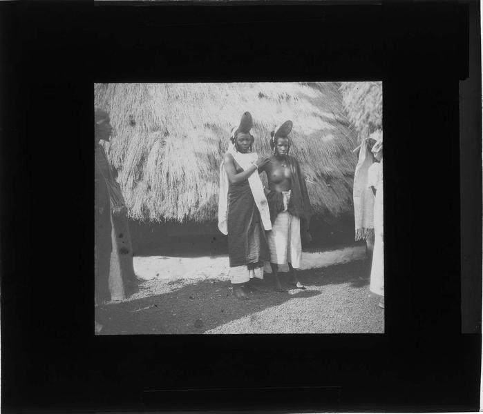 Portrait de deux femmes peuls devant une case