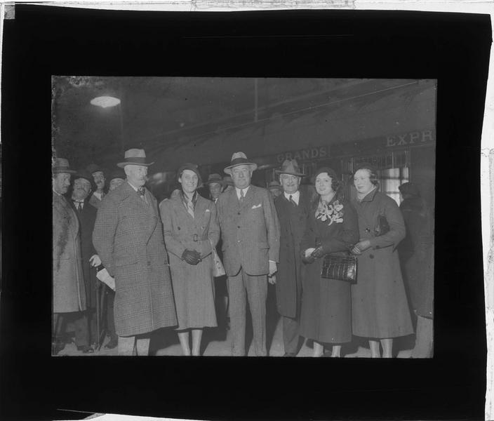 Portrait de groupe devant un wagon de la Compagnie internationale des wagons-lits et des Grands Express Européens