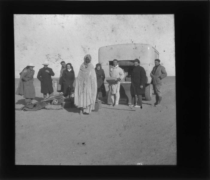 Véhicule de la Compagnie générale transsaharienne avec voyageurs et autochtone