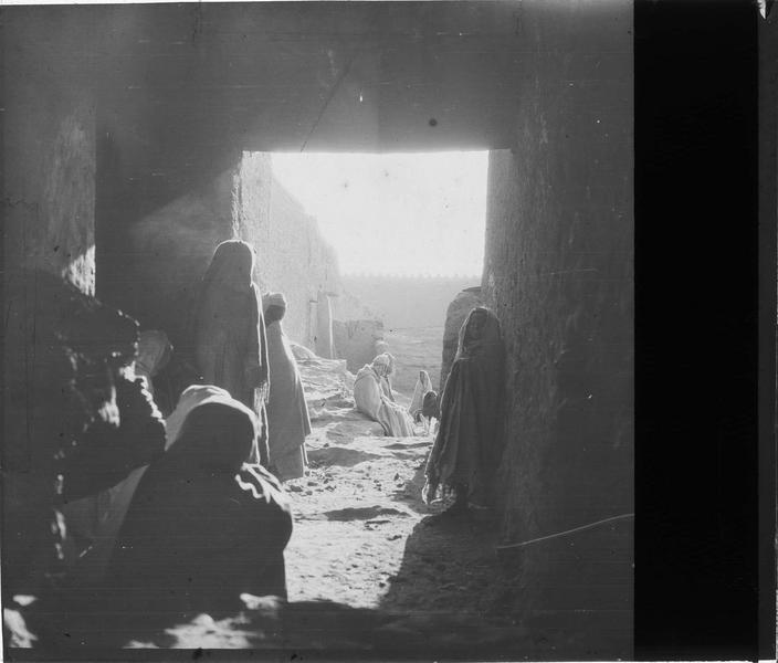 Autochtones depuis l'intérieur d'une kasbah