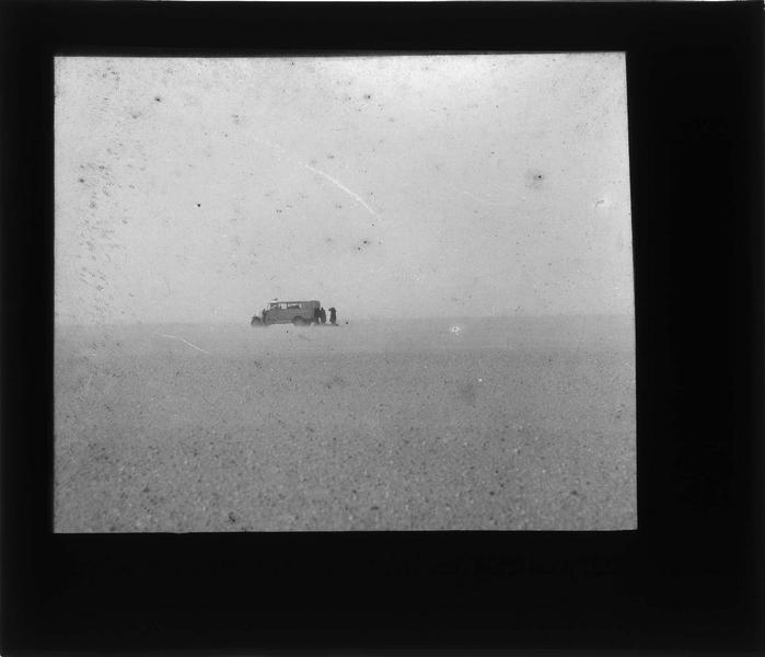 Véhicule de la Compagnie générale transsaharienne dans le désert