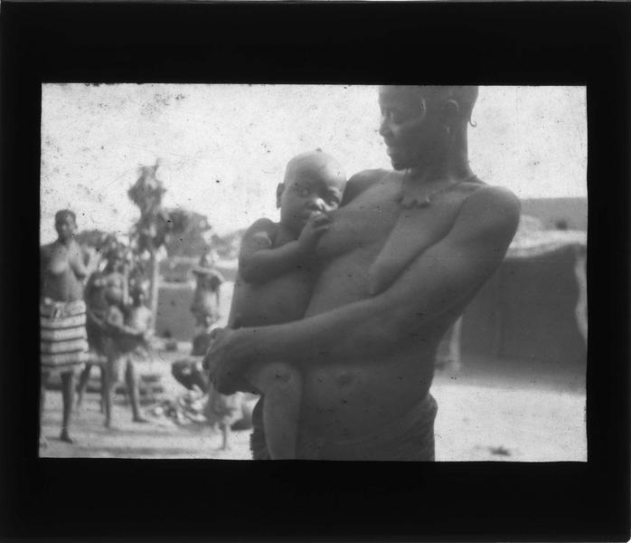 Portrait d'une femme allaitant un bébé