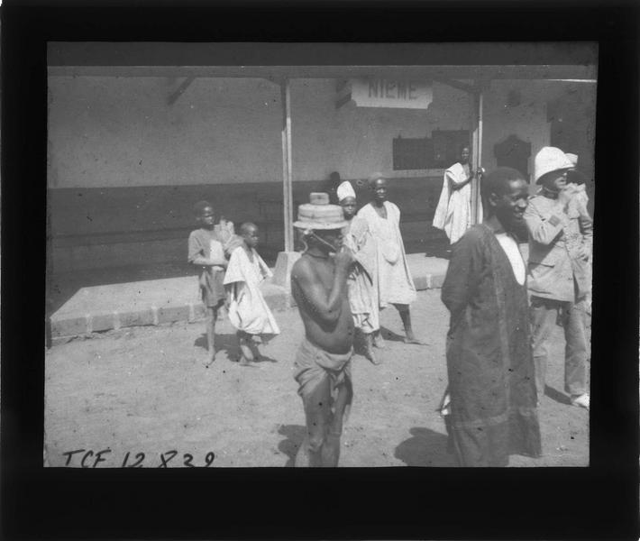 Autochtones et homme en tenue coloniale