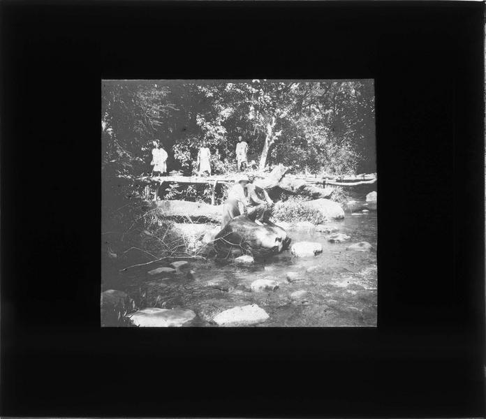 Passage d'une rivière près de la chute de Ditinn