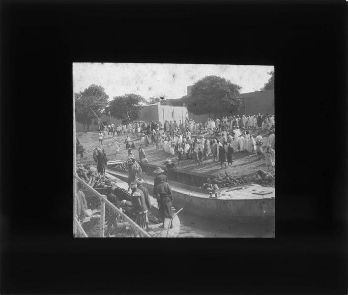 Foule et bateaux en bordure du fleuve Bani