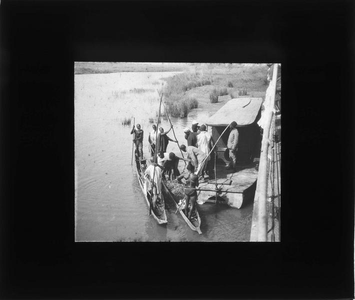 Piroguiers accostant sur le fleuve Bani