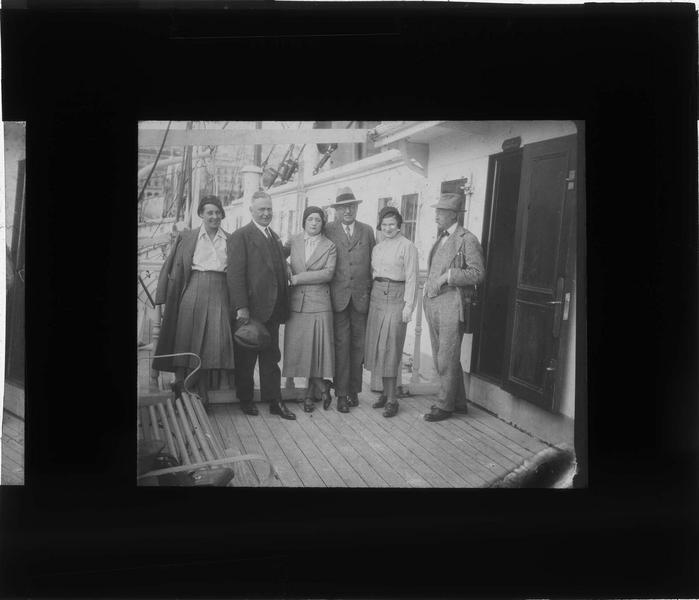 Groupe posant sur le pont d'un bateau
