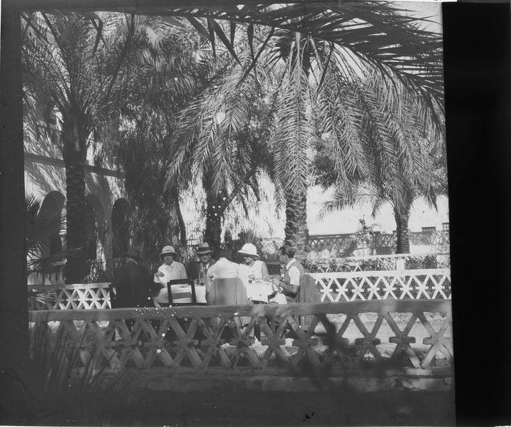 Touristes assis autour d'une table