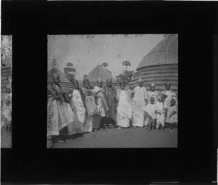 Portrait de groupe : chef du village avec femmes et enfants