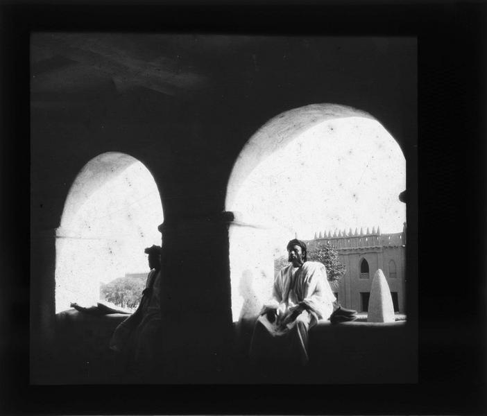 Hommes assis sur des rebords de fenêtres