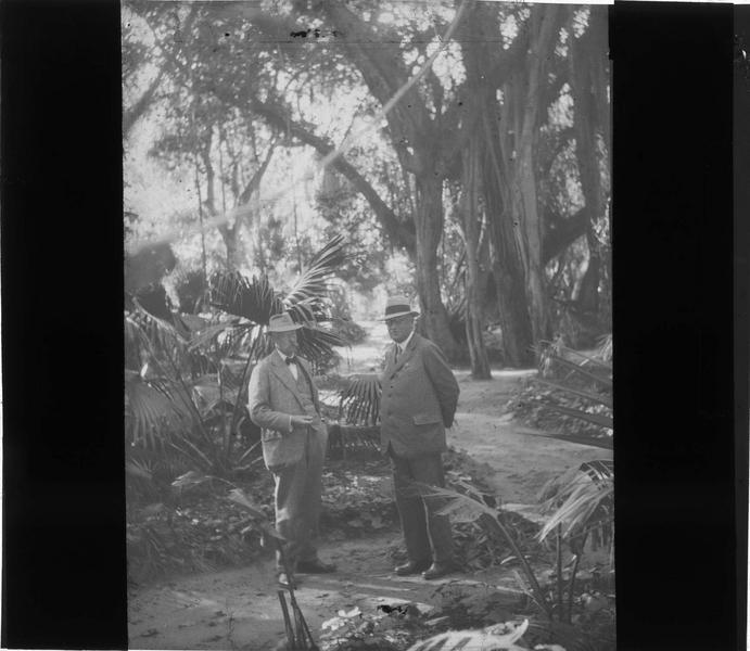Portrait de deux hommes dans un jardin