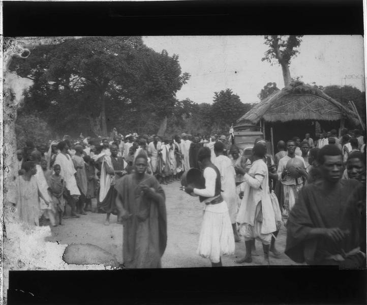 Foule avec musiciens dans une rue du village