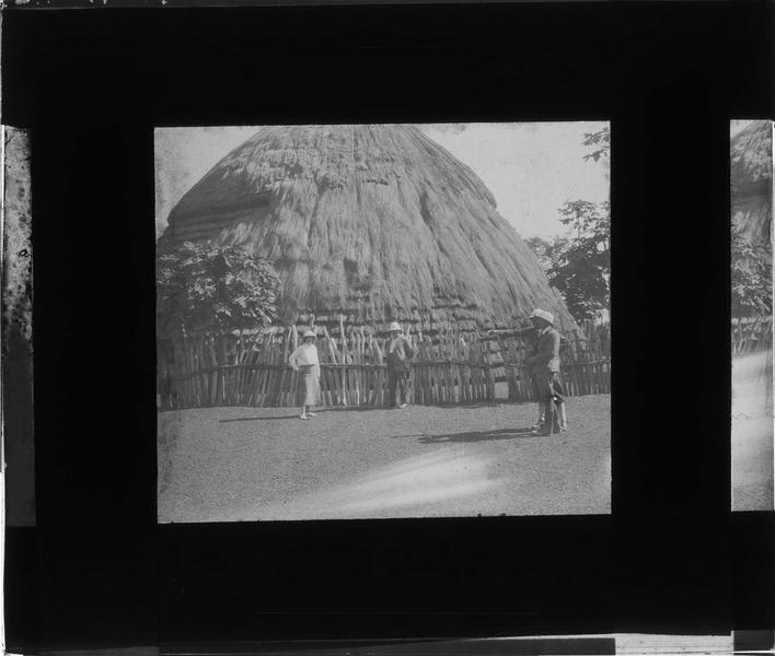 Façade et groupe en tenue coloniale au premier plan