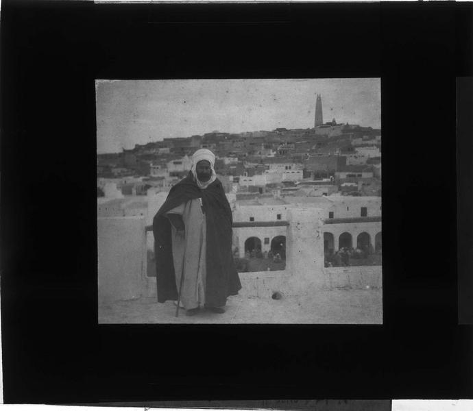 Portrait d'un homme sur une terrasse et panorama sur la ville en arrière-plan