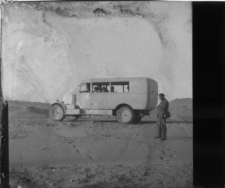 Groupe dans un véhicule de la Compagnie générale transsaharienne sur la route d'El Golea