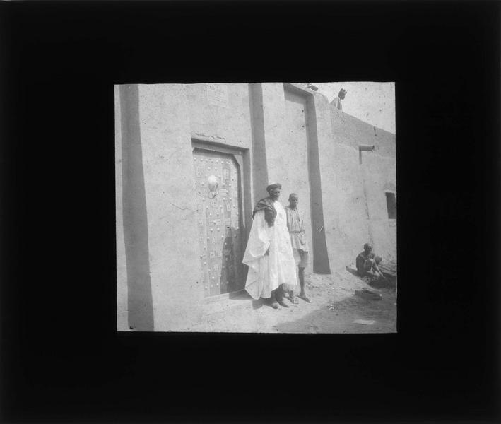 Porte ouvragée sur rue et deux hommes. L'explorateur René Caillé (1799-1838) habita cette maison quelques semaines