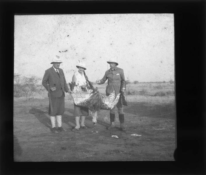 Deux hommes et une femme en tenue coloniale et leur trophée de chasse, une outarde