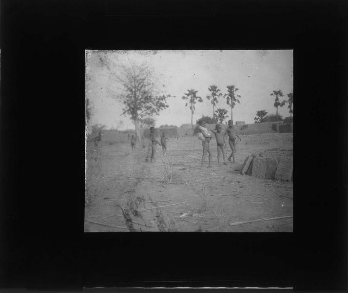 Enfants près d'un village