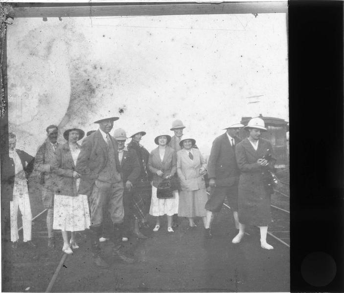 Groupe en tenue coloniale traversant une voie ferrée