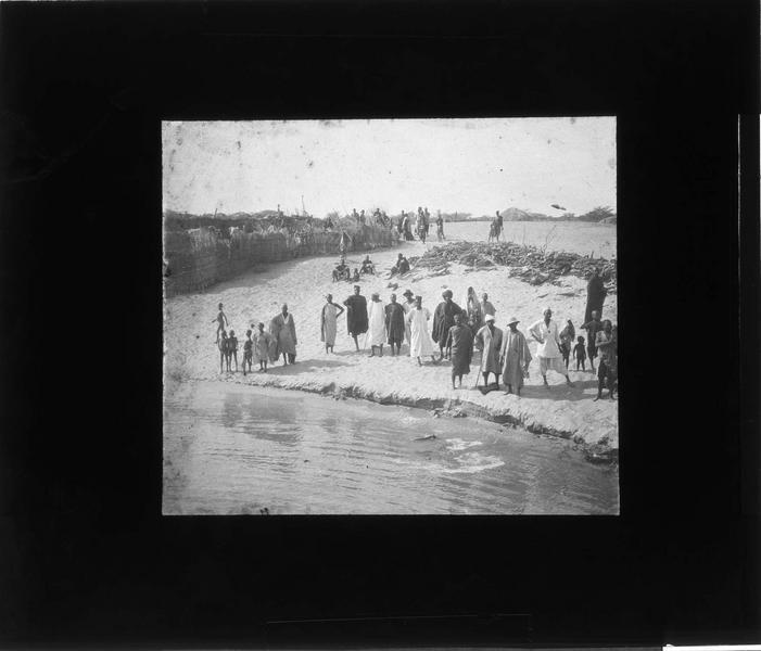 Autochtones le long du fleuve Niger et réserve de bois destinée au bateau à vapeur 'Mage' en arrière-plan