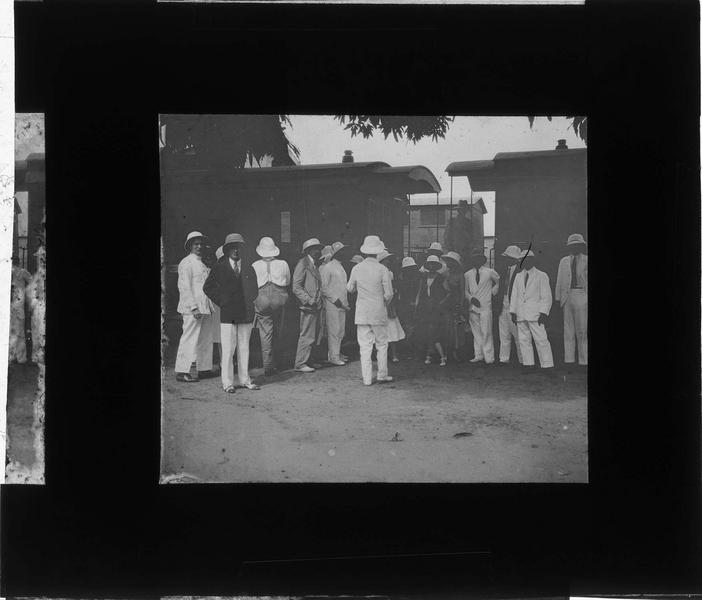 Portrait de groupe en tenue coloniale sur le quai d'une gare