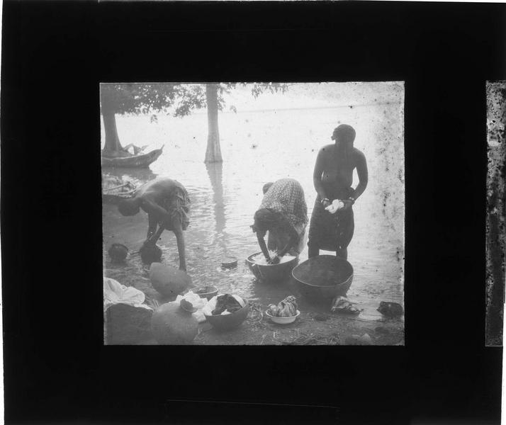 Femmes nettoyant du linge au bord du fleuve Niger