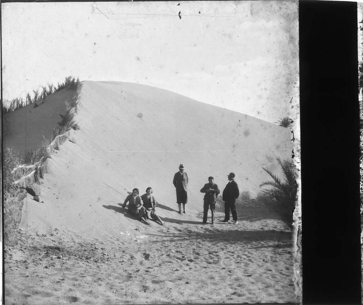 Touristes au pied d'une dune