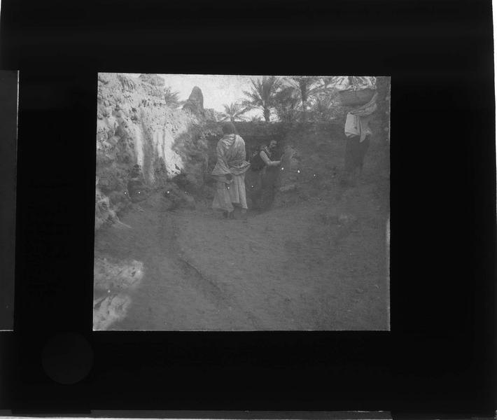 Femme et autochtones dans une ruelle