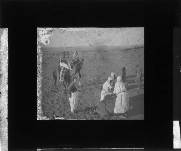 Touristes et chameliers dans le désert