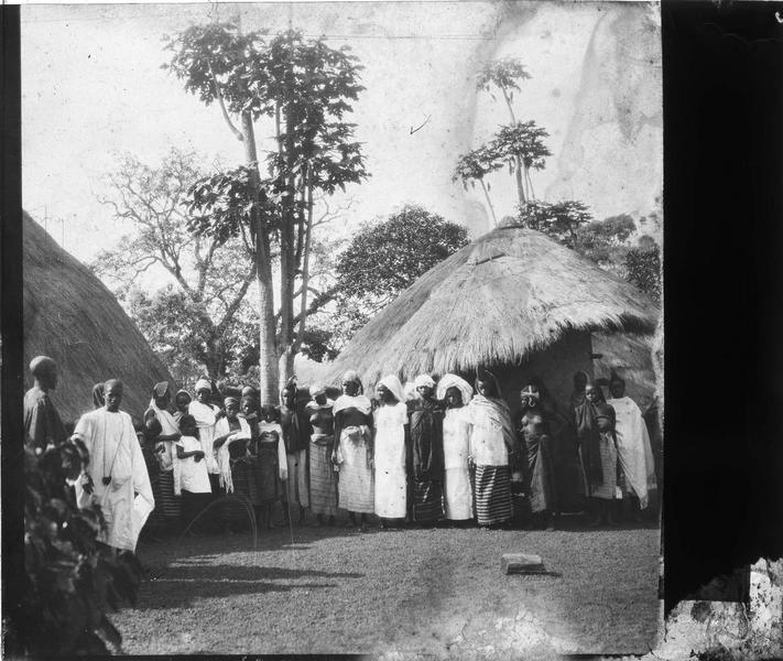 Groupe au milieu de huttes
