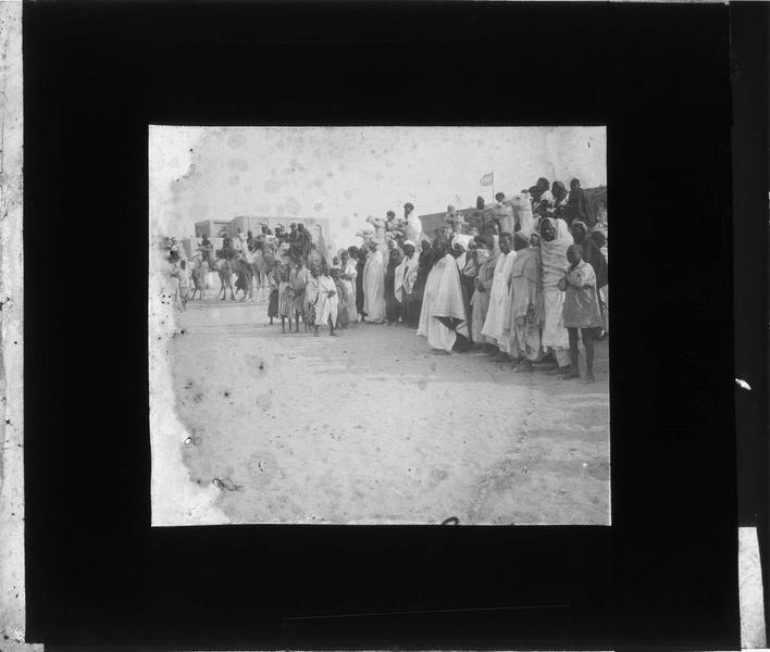 Méharistes et spectateurs lors d'une course de chameaux