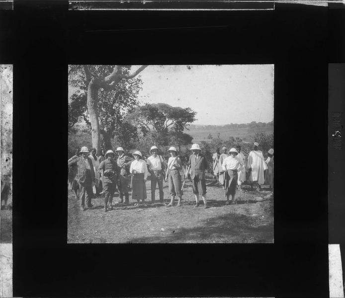 Groupe de chasseurs en tenue coloniale