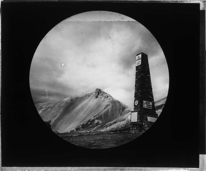 Stèle commémorant l'ouverture de la Route des Alpes