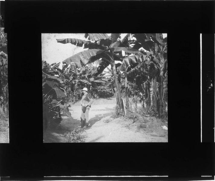 Homme en tenue coloniale dans un champ