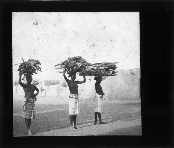 Femmes portant sur leur tête des fagots de bois