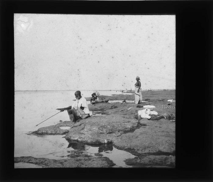 Bord du fleuve Niger animé avec pêcheur au premier plan