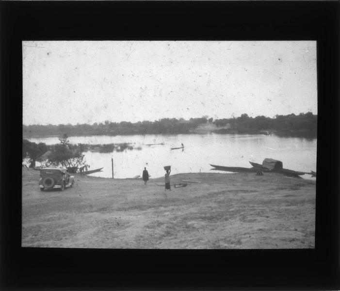 Bords de la rivière Bani avec pirogues et voiture sur la berge