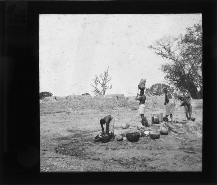 Femmes puisant de l'eau
