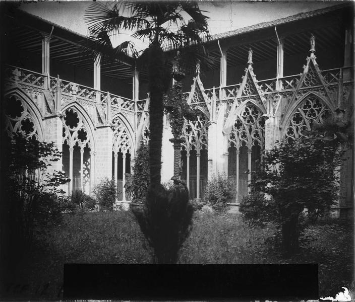 Cloître : galerie depuis le jardin intérieur