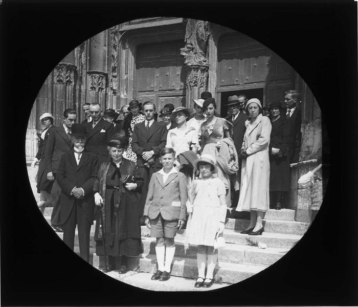 Célébration d'un anniversaire de mariage (noces d'or), portrait de famille à la sortie de l'église