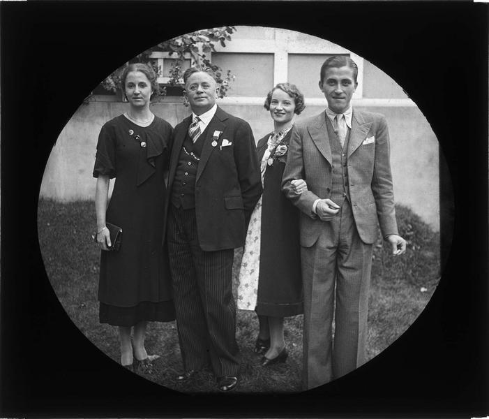 Portrait de famille avec homme arborant la médaille d'honneur du travail