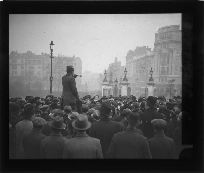 Homme parlant devant une foule