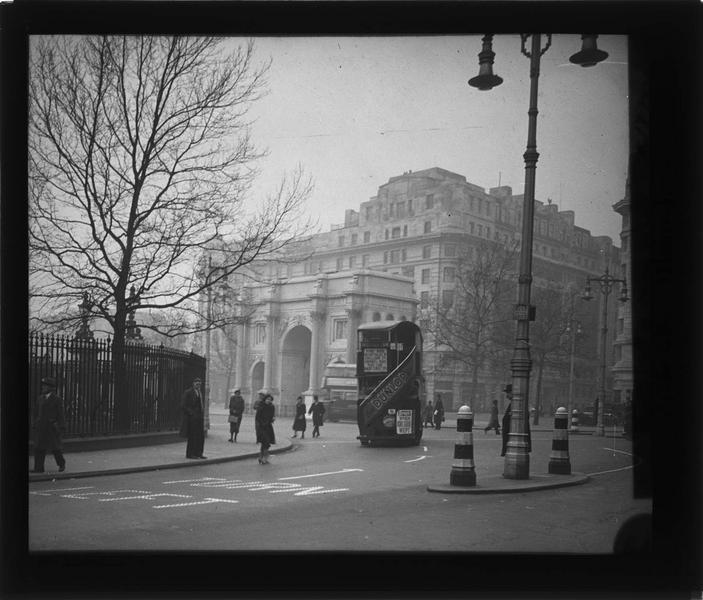 Ensemble côté sud-est et grille de Hyde Park, vue animée avec passants et bus
