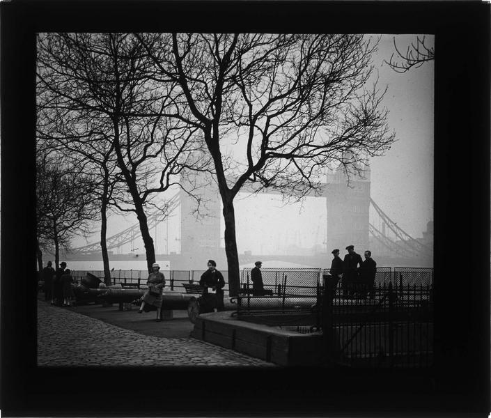 Pont, vue animée depuis le quai face à la tour de Londres