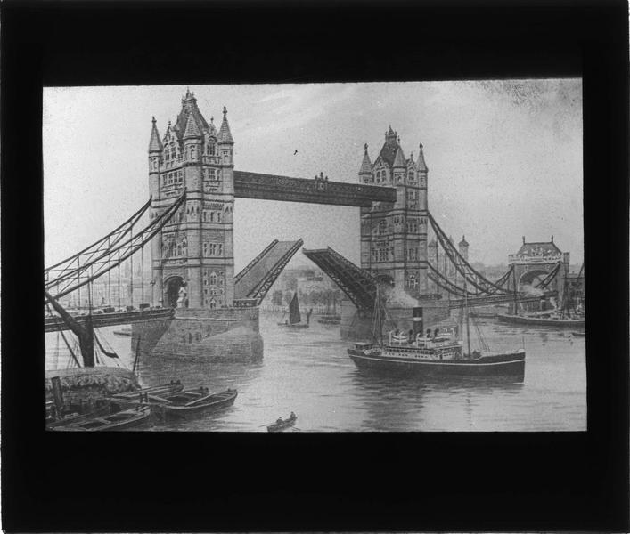 Pont ouvert, vue animée depuis le quai avec bateaux